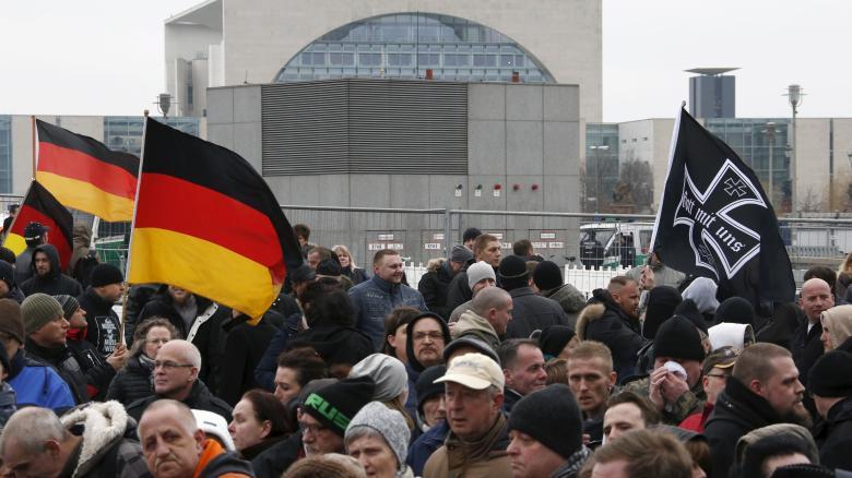 http://www.welt.de/politik/article153236079/3000-Rechte-marschieren-durchs-Regierungsviertel.html
