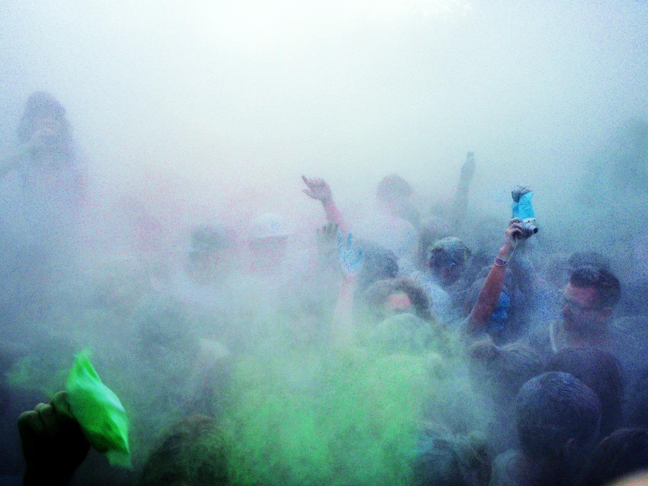 Indisches Farbfest, Menschen bedeckt von bunten Pudern