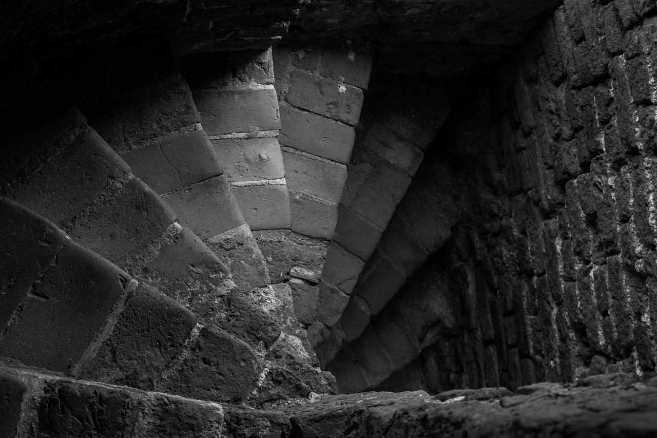 Steinerne Stufen führen in alte Katakomben