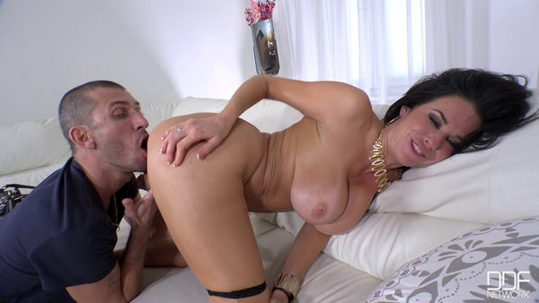 Veronica Avluv - Hardcore Pastimes Squirting Milf Fucked On The Couch 25.01.17