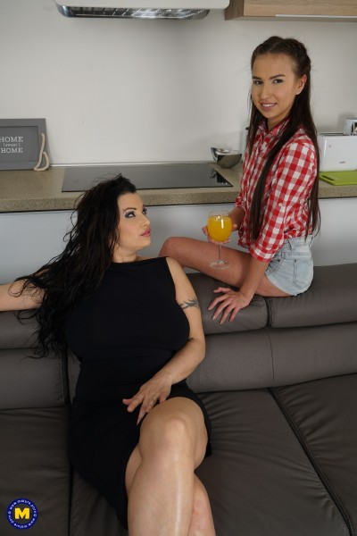 Giovanna (40), Jazz (21) - Big breasted mom has sex with a hot young babe 1080p