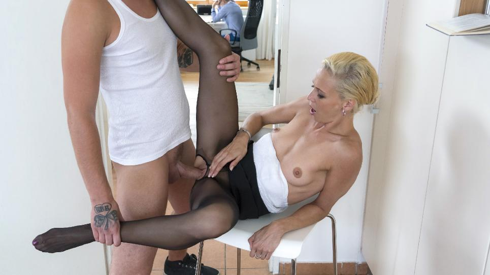 Lola B. - Naughty Czech MILF Lola B. gets fucked and cum cove...