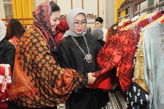 Peringati Hari Batik, Fatma Saifullah Yusuf Buka Pagelaran Busana Batik