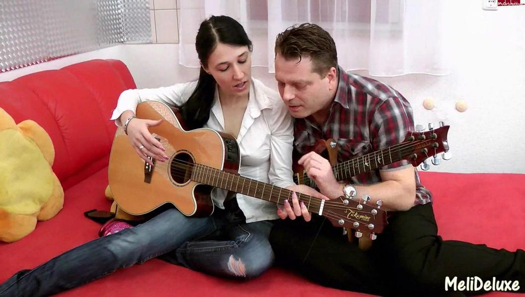download Reifer Musiklehrer bumst junge Studentin