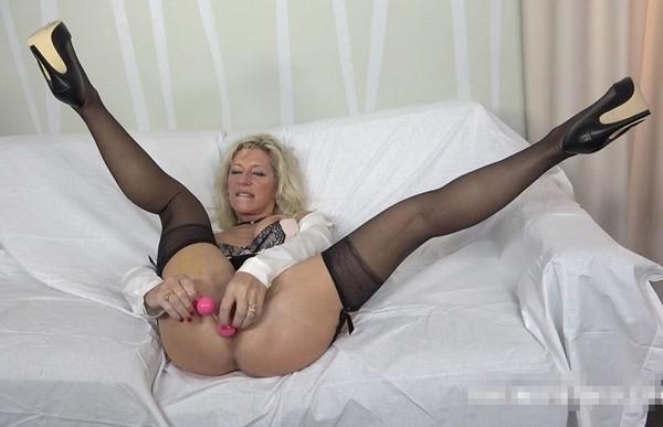 Baskitball with naked girls ass